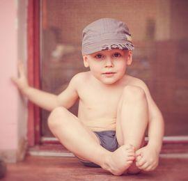 мальчик на крыльце дома