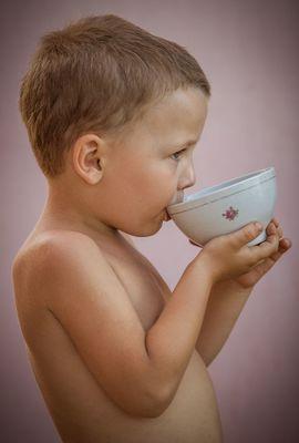 мальчик пьет чай из пиалы