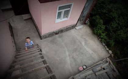 мальчик на приставной лестнице