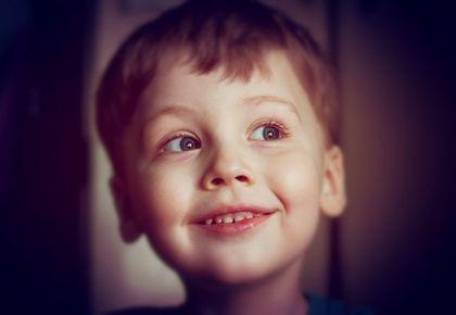 портрет улыбающегося мальчика, улыбка