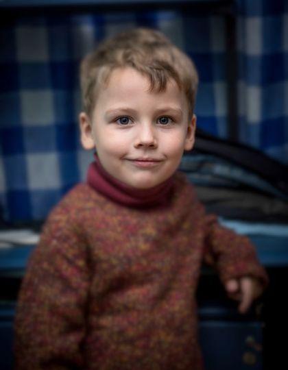 портрет мальчика в интерьере