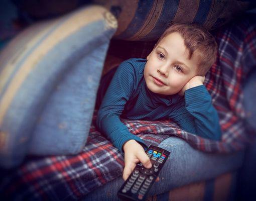 мальчик с телевизионным пультом