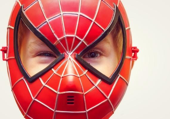 мальчик в маске человека-паука