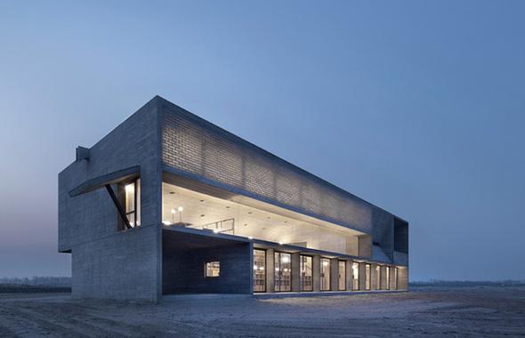 Здание библиотеки у побережья