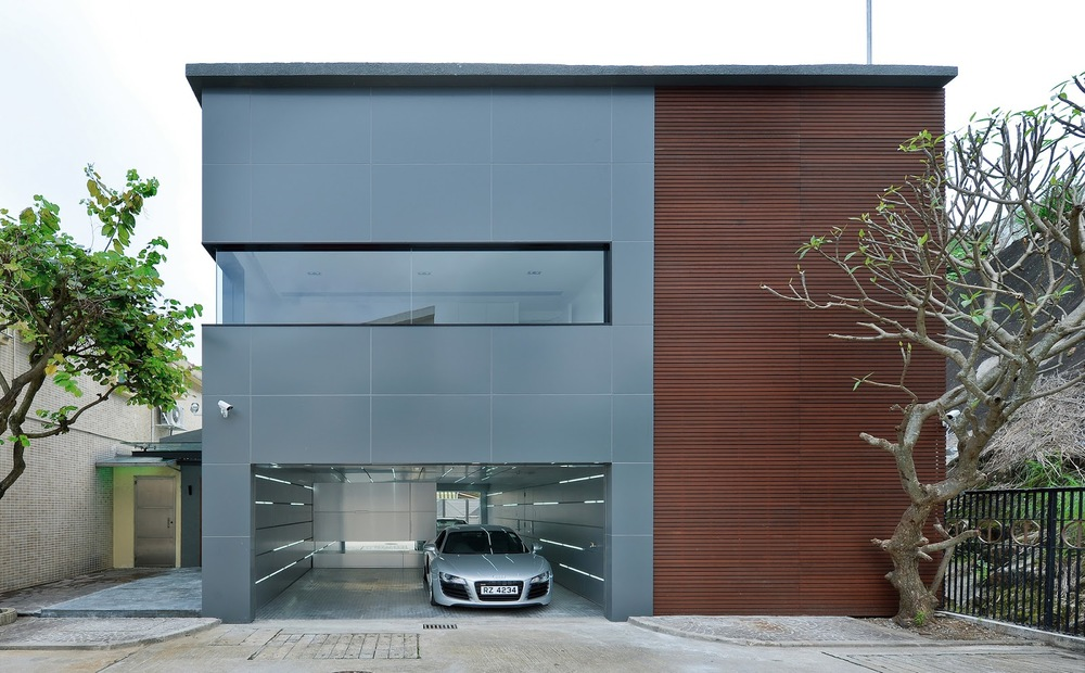 Фасад двухэтажного дома с гаражем